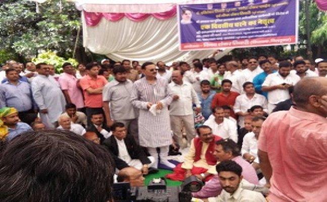 गोरखपुरः छापेमारी के विरोध में 'हरिशंकर तिवारी परिवार' का धरना
