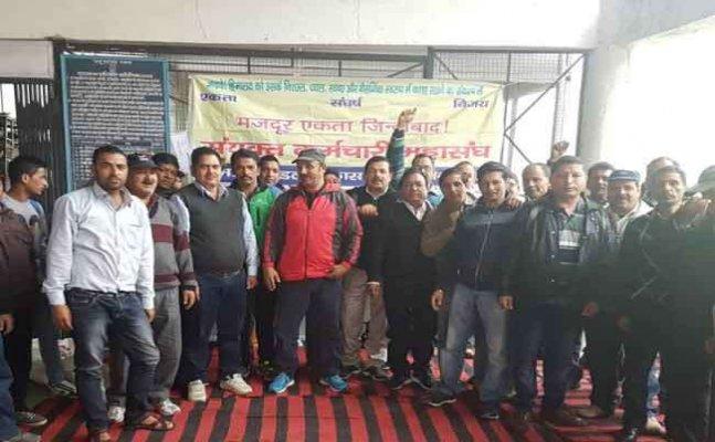 नैनीताल:सरकार के खिलाफ केएमवीएन कर्मचारियों का प्रदर्शन