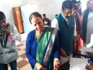 कांग्रेस की कद्दावर नेता इंदिरा हृदयेश ने बेट और बहु के साथ डाला वोट