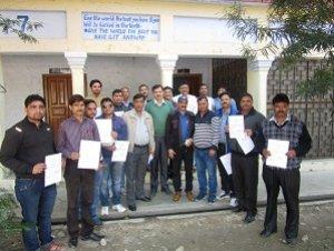 नैनीताल: कंट्रोल रूम में तैनात कर्मचारियों को दिया गया प्रशंसा पत्र