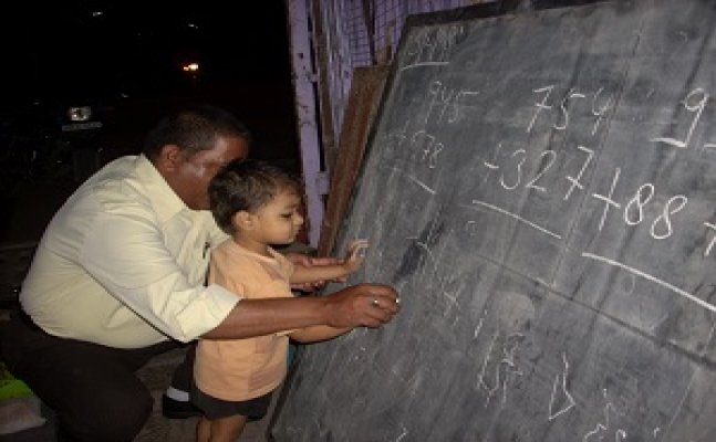 लखनऊ के संदीप भटनागर गरीब बच्चों को शिक्षित करने की चलाते हैं मुहिम