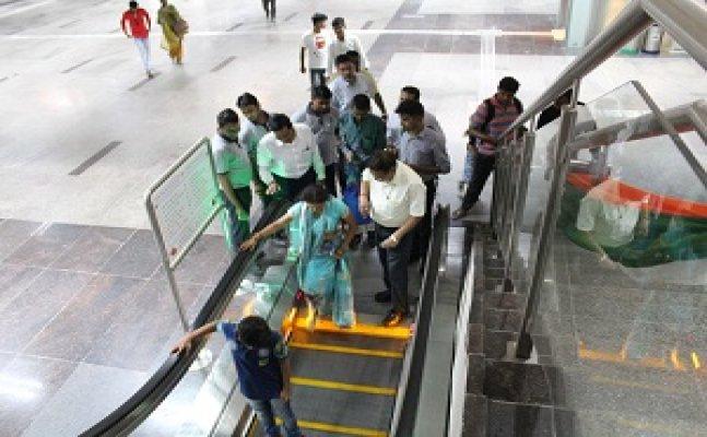 अधिकारी व मेट्रो टीम ने दी यात्रियों को एस्केलेटर की जानकारी