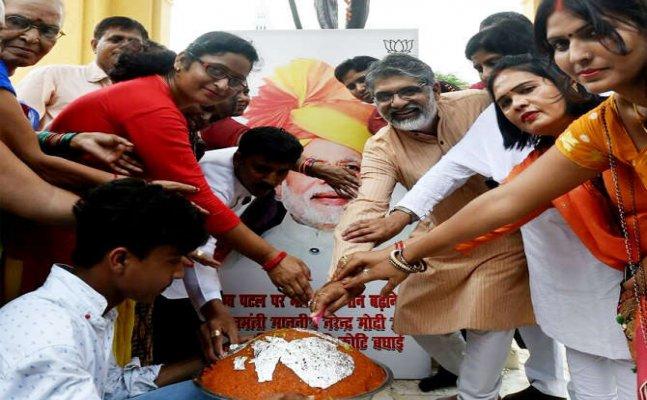 नरेंद्र मोदी का 67वां जन्मदिन: लखनऊ में बीजेपी कार्यकर्ताओं ने धूमधाम से किया सेलिब्रेट