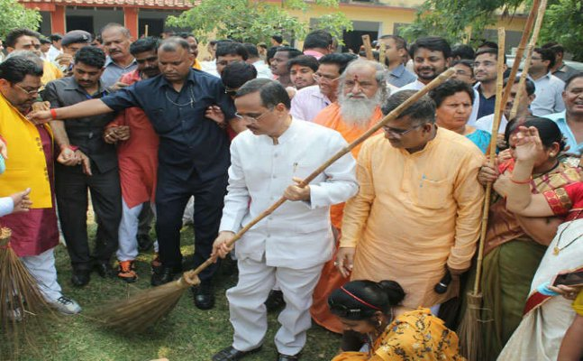 पीएम मोदी के बर्थडे पर डिप्टी दिनेश शर्मा ने लगाई झाड़ू, स्वच्छता को लेकर दिलाई शपथ