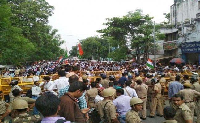 लखनऊः मांगों को लेकर ग्राम रोजगार सेवकों का प्रदर्शन, पुलिस से झड़प