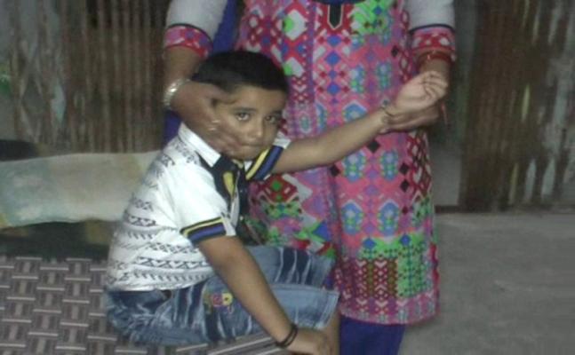 स्कूल में सुरक्षित नहीं हैं बच्चेः बरेली में मासूम के हाथ में घुसेड़ दी पेंसिल