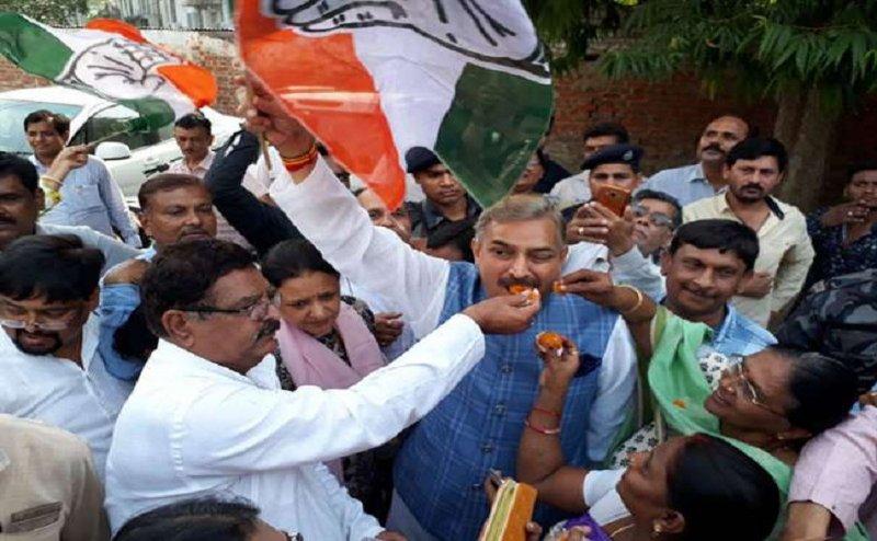 येदियुरप्पा के इस्तीफा के बाद लखनऊ के कांग्रेस के दफ्तर में जश्न