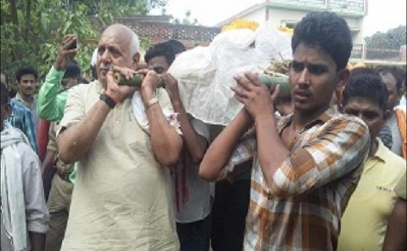 शहीद की अर्थी को मंत्री ने दिया कंधा, सीएम योगी ने की परिजनों से फोन पर बात