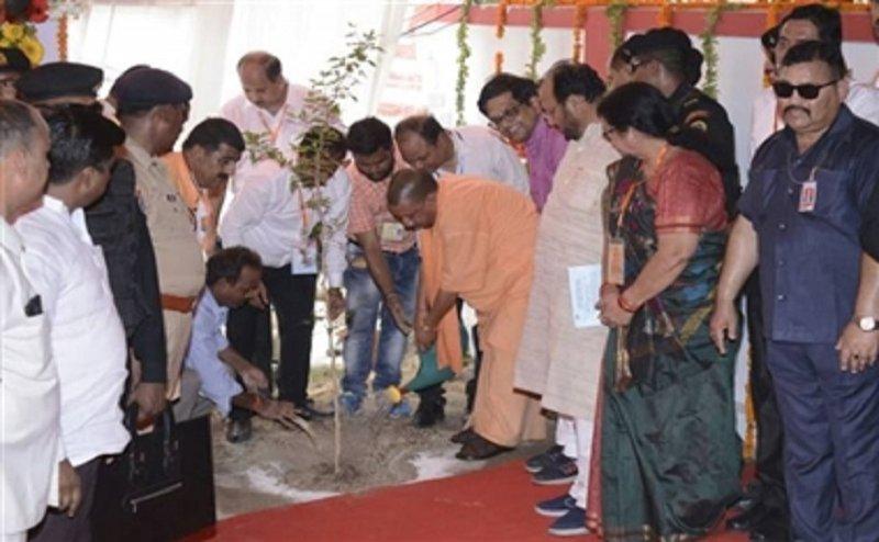 World Environment Day: कानपुर पहुंच कर सीएम योगी ने लगाए पेड़