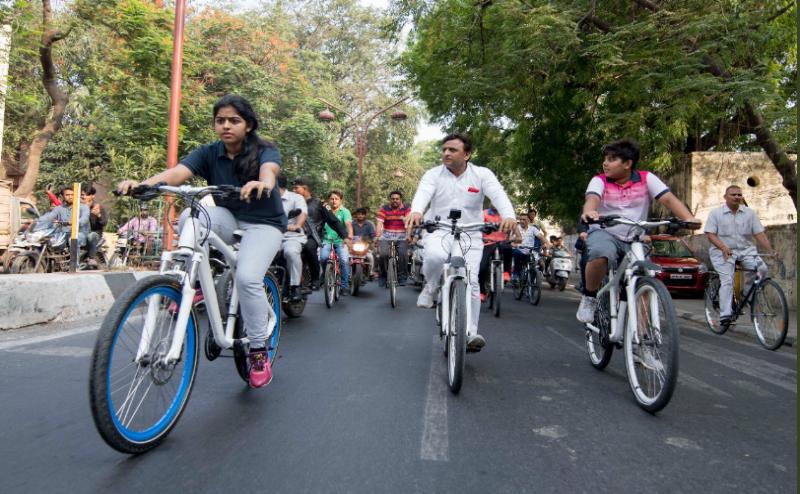 World Environment Day: बेटी और बेटे संग अखिलेश यादव ने चलाई साइकिल