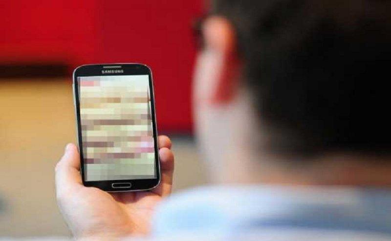 बरेलीः मोबाइल पोर्न फिल्म देख रहा था पति, एक वीडियो में पत्नी को देख उड़े होश