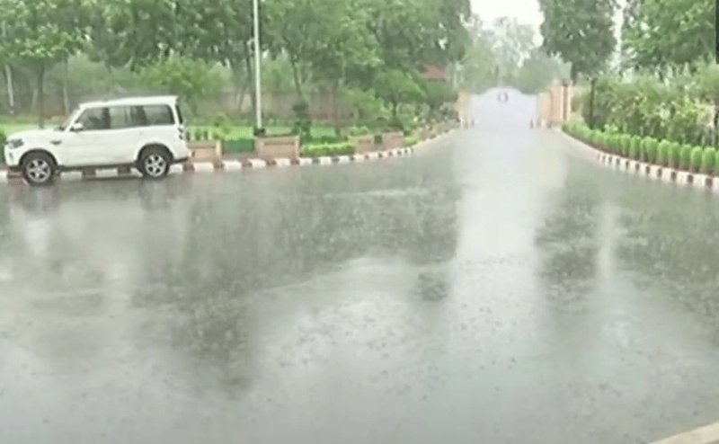 लखनऊ में बारिश से मौसम सुहावना, तूफान का अलर्ट जारी