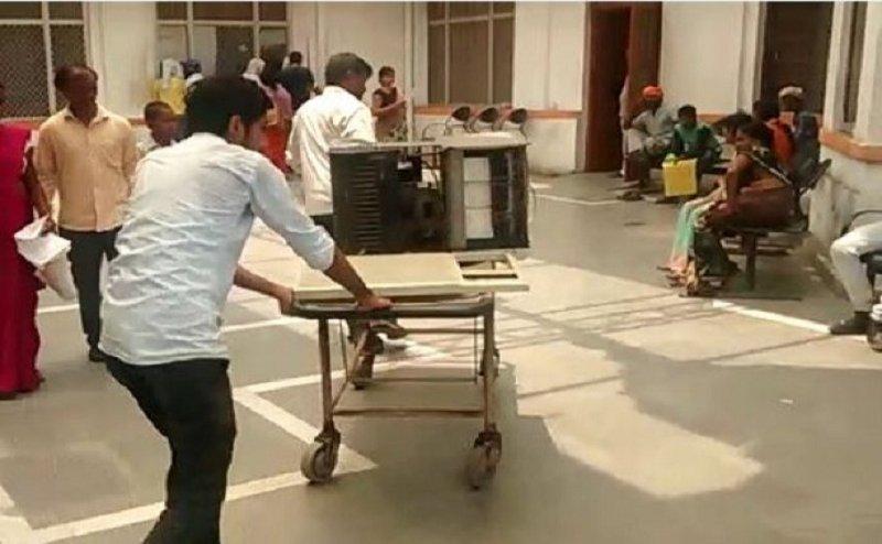 कानपुर में 5 मरीजों की मौत, स्ट्रेचर पर ढोए जा रहे हैं AC