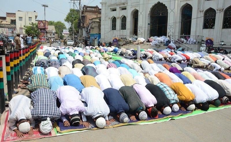 शिया-सुन्नी मुसलमानों ने जुमे की अलविदा नमाज अदा कर मांगी अमन-चैन की दुआ