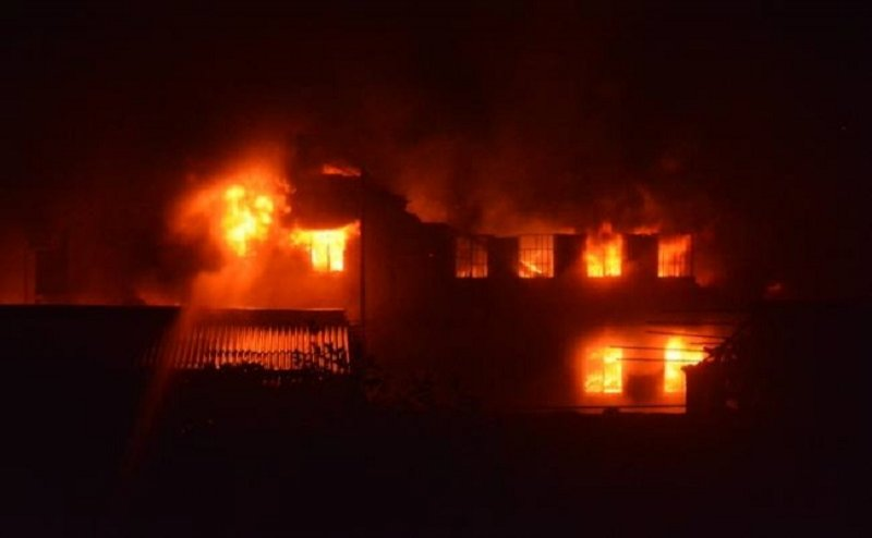 कानपुरः चमड़ा फैक्टरी में लगी भीषण आग, शोलो के बीच सेना बनी `संकटमोचक`