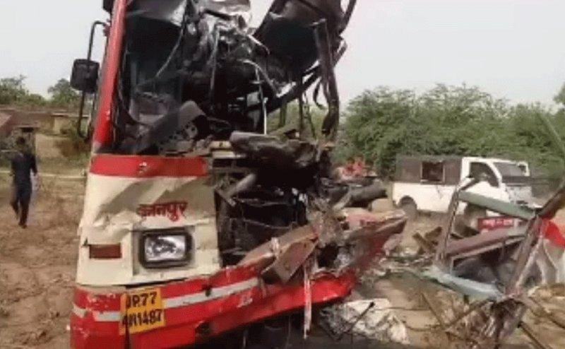 NH-2 पर खड़े ट्रक में जा भिड़ी तेज रफ्तार बस, 2 की मौत