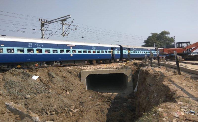 गोरखपुर में महज दस घंटे में रेलवे के इंजीनियरों ने तैयार किया अंडरपास