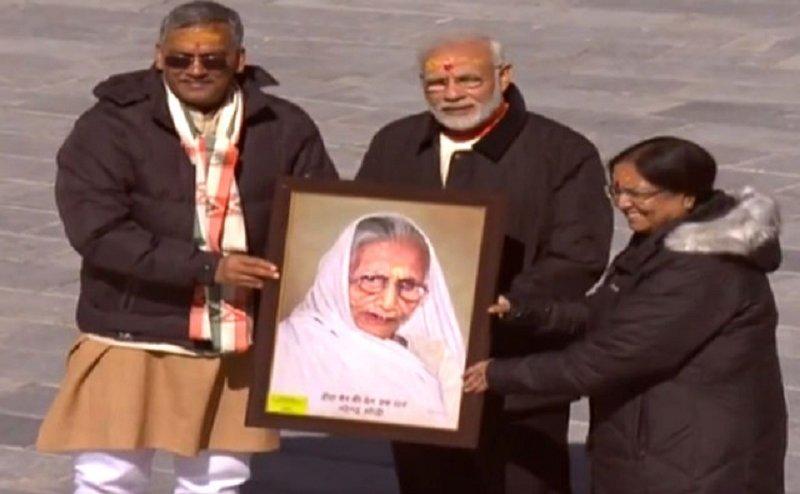 केदारनाथ दौरे के दौरान पीएम मोदी को सीएम रावत ने दिया यूनिक गिफ्ट