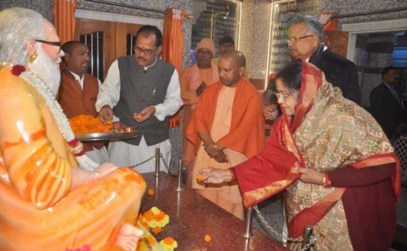 गोरखपुर पहुंचे छत्तीसगढ़ के सीएम रमन सिंह, सीएम योगी के साथ किया गोरक्षनाथ बाबा का दर्शन