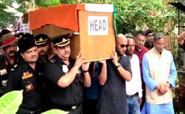 शहीद मेजर विजय सिंह की अंतिम विदाई में पहुंचे सीएम रावत, हर संभव मदद का दिया भरोसा