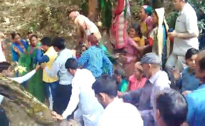 मंत्री धन सिंह रावत को लोगों ने धक्का देकर निकाला गांव से बाहर