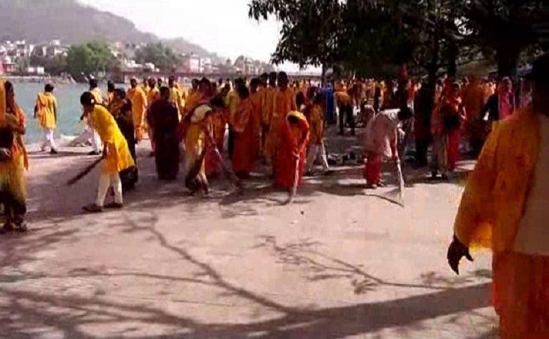 हरिद्वार में शांतिकुंज के कार्यकर्ताओं और छात्रों ने की गंगा घाटों की सफाई