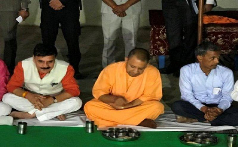 प्रतापगढ़ में सीएम योगी ने अधिकारियों को लगाई फटकार, दलित के घर खाया खाना