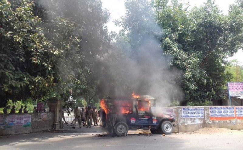 इलाहाबाद यूनिवर्सिटी में छात्रों ने किया जमकर बवाल, पुलिस की गाड़ी में लगाई आग