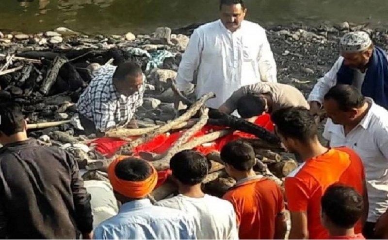 हिंदू बुजुर्ग का मुस्लिम परिवार ने किया अंतिम संस्कार, आपको भावुक कर देगी पूरी कहानी