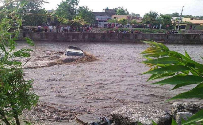 देहरादून में भारी बारिश, कई गाड़ियां रिस्पना नदी में बही