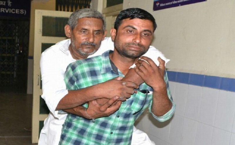 दिव्यांग पिता एेसे पीठ पर लादकर सरकारी अस्पताल में चक्कर काटता रहा युवक