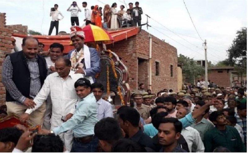 आखिरकार पुलिस की भारी सुरक्षा व्यवस्था के बीच घोड़ी चढ़ा दलित दूल्हा