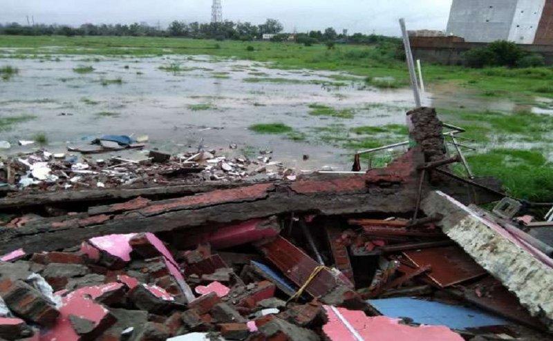 गाजियाबाद में जोरदार बारिश के कारण ढह गया मकान