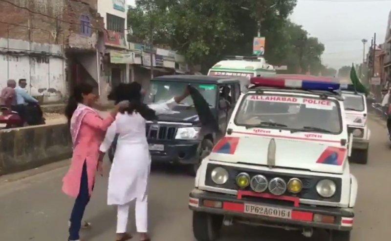 Amit Shah के काफिले के आगे कूद कर दिखाए काले झंडे, Police ने बाल पकड़कर बरसाए डंडे
