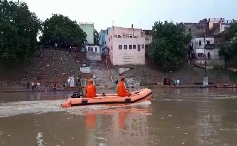 वाराणसी में बारिश का कहर, गंगा में समा गए 84 घाट