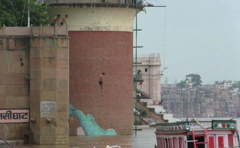 Varanasi के तुलसी घाट पर बच्चे ऐसे लगा रहे Ganga में छलांग, हो सकता है हादसा