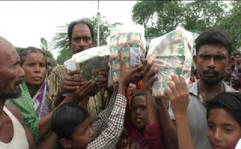 कानपुर प्रशासन ने बाढ़ पीड़ितों को राहत सामग्री के नाम पर दिए 2 रुपए वाले 3 पैकेट बिस्कुट