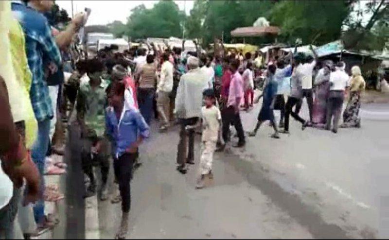कानपुर में पुलिस पर पथराव, कई वाहन फूंके