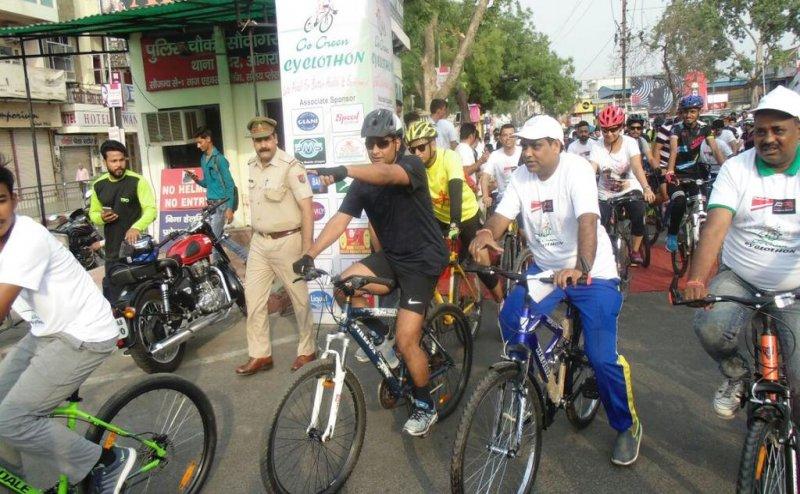 सड़क पर साइकिल से निकले आगरा के एसएसपी अमित पाठक, मचा हड़कंप