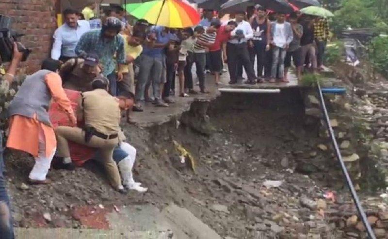 बारिश से हुए नुकसान का जायजा लेने के चक्कर में अस्पताल पहुंचे बीजेपी विधायक गणेश जोशी
