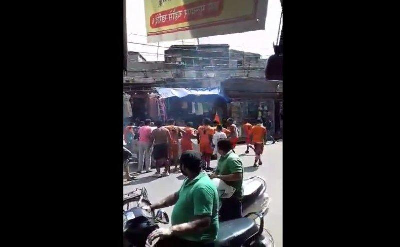 मुजफ्फरनगर में भी कांवड़ियों ने की कार में तोड़फोड़, गाड़ी में सवार को भी पीटा