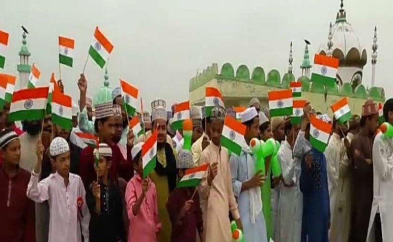 इलाहाबाद में मदरसों में भी शान से फहराया गया तिरंगा, देश में अमन चैन और शांति के लिए की गई दुआ