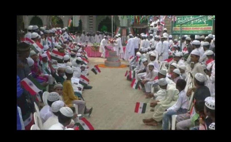 कानपुर के इस मदरसे में फहराया गया तिरंगा, देशभक्ति की रंग में रंगे दिखे बच्चे
