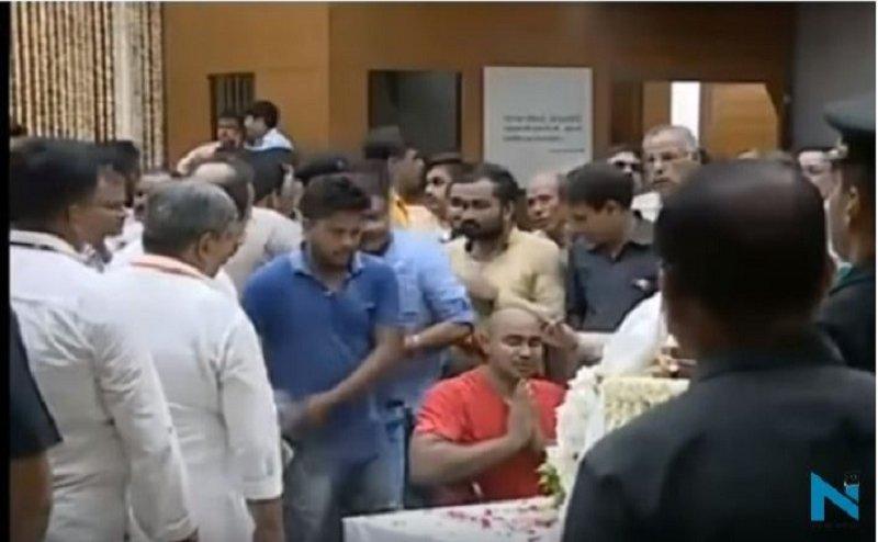 अटल बिहारी वाजपेयी का सबसे बड़ा फैन, व्हील चेयर से पहुंचा श्रद्धांजलि देने