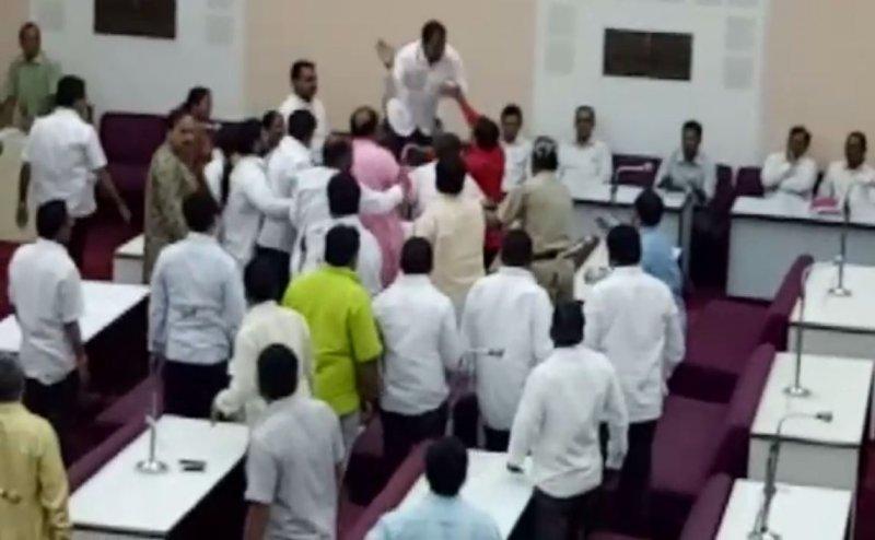 औरंगाबाद में ओवैसी के पार्षद ने वाजपेयी को श्रद्धांजलि देने का किया विरोध, बीजेपी पार्षदों ने पीटा