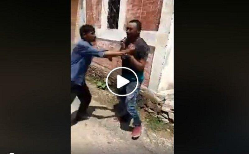 पौड़ी में लोगों ने लड़की से छेड़खानी करने वाले युवक को पीटा, मुंह भी किया काला