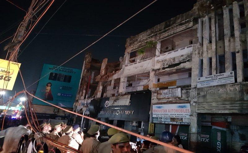 लखनऊ के हजरतगंज में गिरा 1948 में बनी इमारत का हिस्सा, कई गाड़ियां दबी