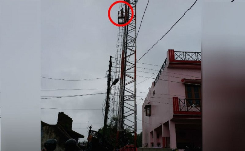 देहरादून में टॉवर पर चढ़ा व्यापारी, पुलिस के छूटे पसीने