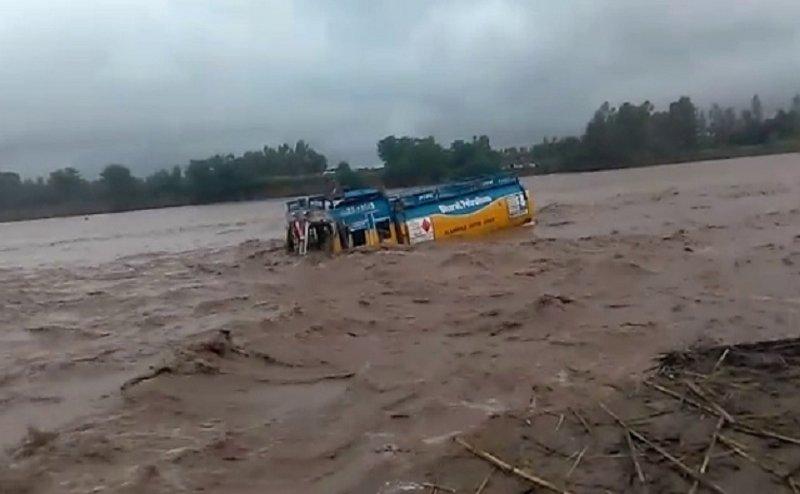 हरिद्वार में कोटावाली नदी में बह गया इंडियन ऑयल का तेल से भरा टैंकर, चार लोगों की ऐसे बची जान
