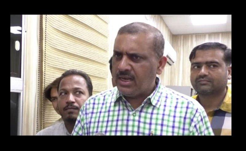 कानपुर में बीवी के गहनों के साथ बिल चुकाने निगम पहुंचे सपा विधायक